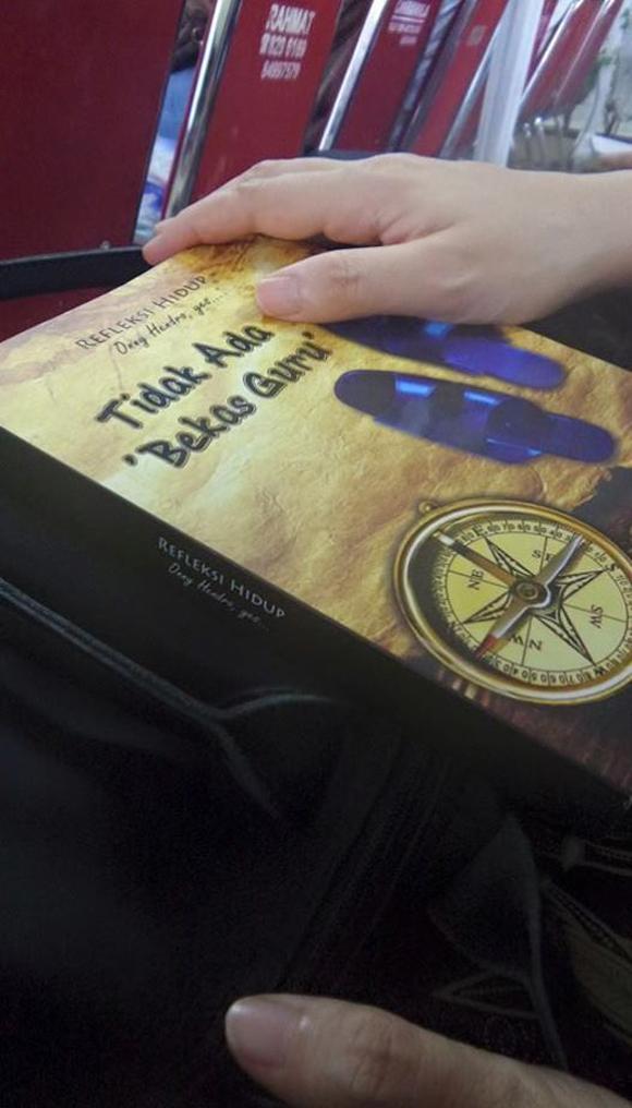 Nunggu misa mulai, bacaannya 'Tidak ada bekas guru' karya oom Onny Hendro